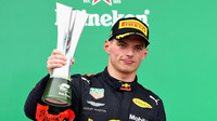 Max Verstappen s trofejí po GP Brazílie