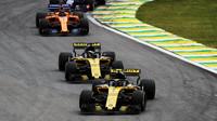 Carlos Sainz a Nico Hülkenberg v závodě v Brazílii