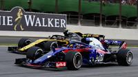 Pierre Gasly a Carlos Sainz v závodě v Brazílii