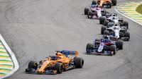 Fernando Alonso a Brendon Hartley v závodě v Brazílii