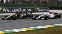 Nico Hülkenberg a Marcus Ericsson v závodě v Brazílli