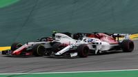 Kevin Magnussen a Marcus Ericsson v závodě v Brazílli