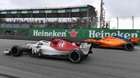 Fernando Alonso a Charles Leclerc v závodě v Brazílli
