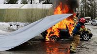 Hašení hořících aut bez vody? V Norsku přišli s překvapivě elegantním řešením - anotační obrázek