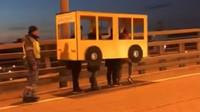 V Rusku zavřeli most pro pěší. Parta lidí originálně zákaz obešla - anotační obrázek