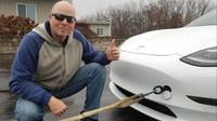 Jak dobít elektromobil bez nabíječky? Tesla opět předvádí překvapivé možnosti - anotační obrázek