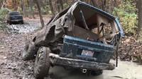 Starý Jeep Cherokee se během jízdy terénem rozpadl a pak opět složil