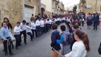 Zhruba 50 dětí táhlo městem Gozo (Malta) nově zvoleného Arcikněze