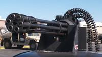 Toyota Prius dostala na střechu funkční 20mm rotační kanon M61 Vulcan