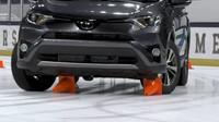Srovnání celoročních a zimních pneumatik jasně ukazuje, že ani moderní elektronika a pohon všech kol nedokáží bez kvalitního obutí zázraky