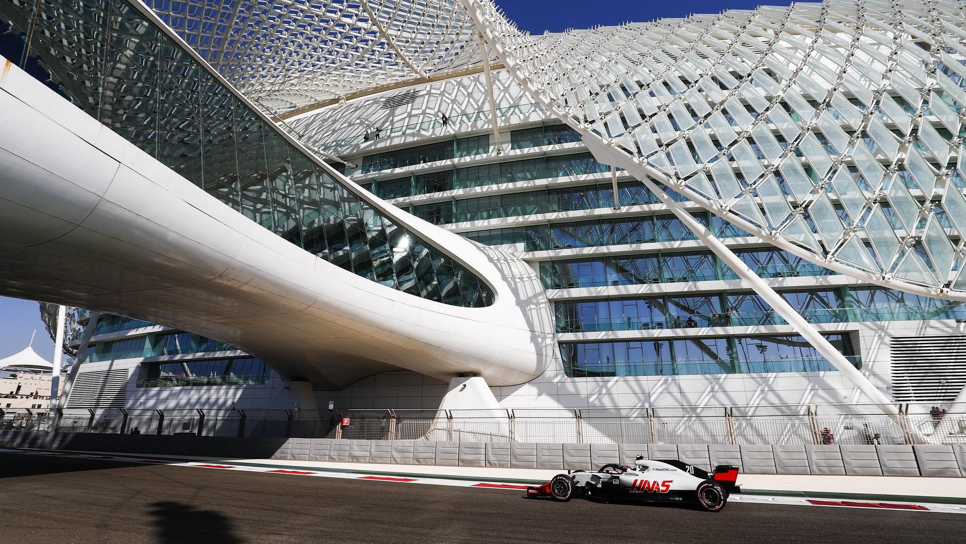 Haas je v F1 teprve třetím rokem, přesto se mu daří pravidelně dojíždět na bodech a předčit tradiční týmy - letos nestačil pouze na Mercedes, Ferrari, Red Bull a Renault