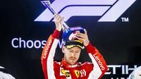 Sebastian Vettel se svou trofejí po závodě v Abú Zabí