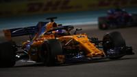 Fernando Alonso v závodě v Abú Zabí
