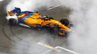 Fernando Alonso se loučí s fanoušky po závodě v Abú Zabí