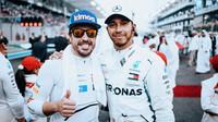 Fernando Alonso a Lewis Hamilton před závodem v Abú Zabí