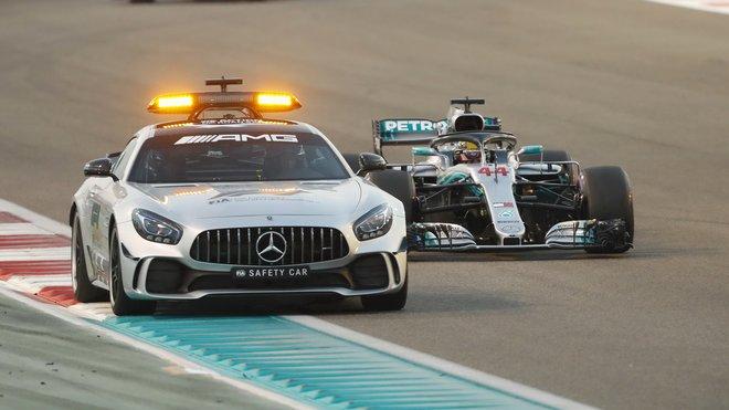 Lewis Hamilton za Safety carem v závodě v Abú Zabí