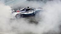 Lewis Hamilton pálil pneu po závodě v Abú Zabí