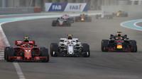 Kimi Räikkönen, Charles Leclerc a Daniel Ricciardo v závodě v Abú Zabí