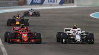 Kimi Räikkönen a Charles Leclerc v závodě v Abú Zabí