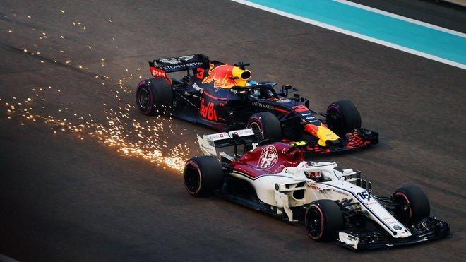 Charles Leclerc a Daniel Ricciardo ve vzájemném souboji v Abú Zabí