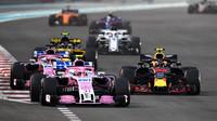 Max Verstappen předjíždí vozy Force India v závodě v Abú Zabí