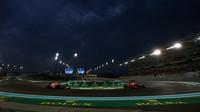 Daniel Ricciardo a Max Verstappen v závodě v Abú Zabí