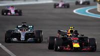 Max Verstappen a Lewis Hamilton v závodě v Abú Zabí