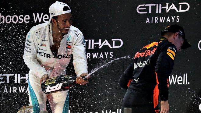 Lewis Hamilton a Max Verstappen na pódiu v Abú Zabí