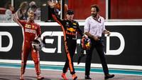 Sebastian Vettel a Max Verstappen na pódium po závodě v Abú Zabí