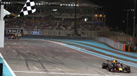 Max Verstappen v cíli závodu v Abú Zabí