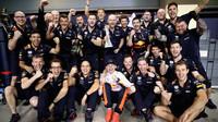 Max Verstappen se svými mechaniky po závodě v Abú Zabí
