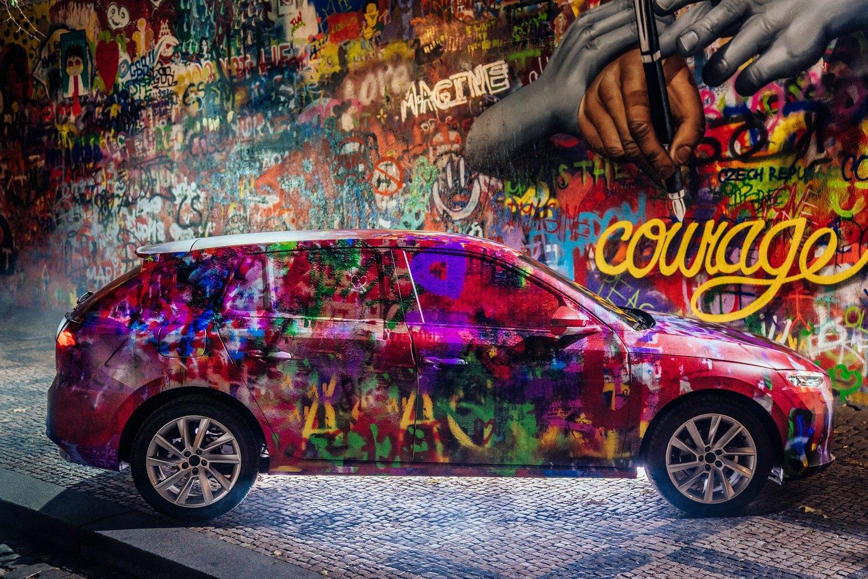 U Lennonovy zdi se objevila atypicky maskovaná Škoda Scala