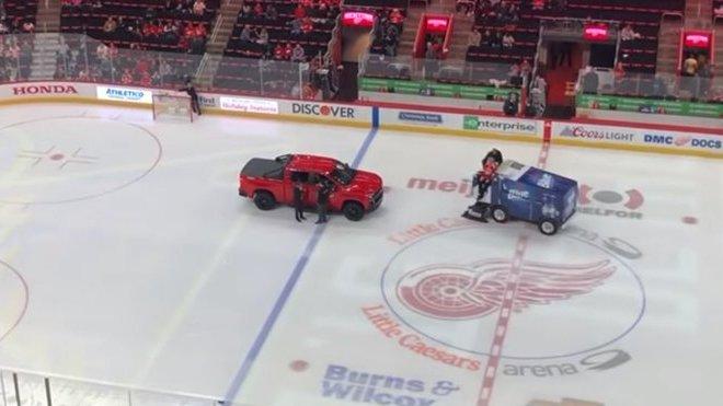 Chevrolet Silverado v offroadové úpravě vypověděl službu na hokejovém zápase před stovkami diváků