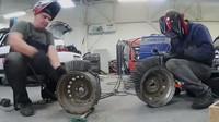 Známý ruský YouTuber navařil na pneumatiky cca 3000 hřebíků (YouTube/Garage54)