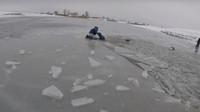 Bláznivý Rus se rozhodl skočit s hořícím autem do zamrzlého jezera. Jako zázrakem se mu nic nestalo