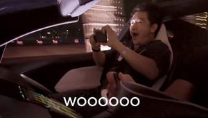 """Tesla zveřejnila reakce lidí na zrychlení nového Roadsteru, polovinu jich musela """"vypípat"""" - anotační obrázek"""