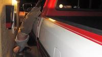 Řidič pod vlivem alkoholu vypadl z okna svého vozu a zůstal zde viset až do zásahu hasičů (facebook/Cathedral City Police)