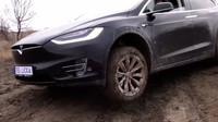 Český majitel Tesly Model X prověřil její schopnosti na offroad dráze Milovice