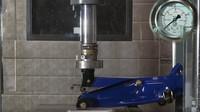 Hydraulický lis prověřil odolnost různých typů zvedáků (youtube/ Hydraulic Press Channel)