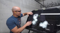 Známý youtuber prověřil odolnost neprůstřelných automobilů a prozkoumal jejich techniku