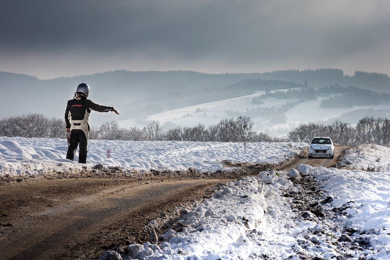 Ukázkové snímky z minulého ročníku (Zlaté Oko 2017 -Stopař v zimě - Josef Petrů)