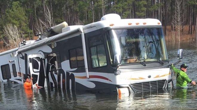 Pes zavadil o převodovku obytného vozu a poslal ho tak do jezera