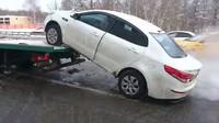 Ruský řidič si raději poškodil auto, než aby se nechal odtáhnout. Prý to měl propočítané - anotační foto