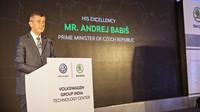 """Andrej Babiš, předseda vlády České republiky, při otevření řekl: """"Velice mne těší, že společnost ŠKODA AUTO posiluje svou přítomnost a své aktivity v Indii tak významnými investicemi a perspektivními projekty."""""""