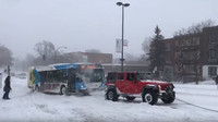 Majitelé tří SUV spojili síly a vyprostili zapadlý autobus