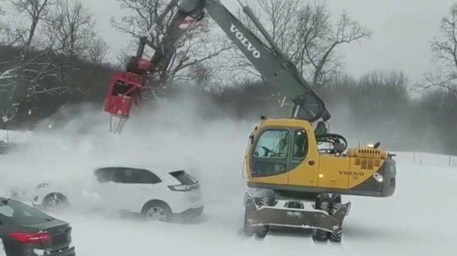 Společnost State Line Auto Auction používá k odklízení sněhu bagr Volvo se dvěma výkonnými turbínami