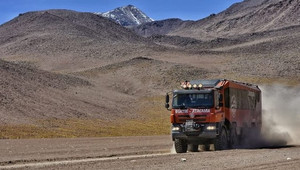 Tatrabus vozí turisty v jihoamerické Atacamě do tisícových výšek