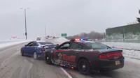 Policista využil rám svého služebního vozu k vytlačení zapadlého řidiče zpět na silnici