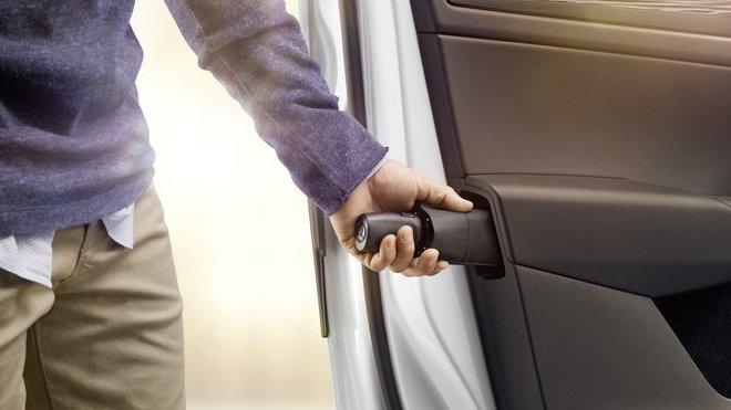 Praktický deštník je jedním z více než 60 Simply Clever řešení ve vozech Škoda