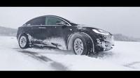 Tesla Model X na sněhu